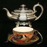 Zilveren theepot en een antieke Chinese kop thee Royalty-vrije Stock Foto's