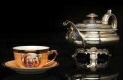 Zilveren theepot en een antieke Chinese kop thee Stock Foto