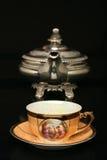Zilveren theepot en een antieke Chinese kop thee Royalty-vrije Stock Foto
