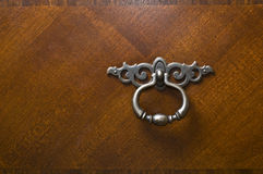 Zilveren tinhandvat op houten lade. Stock Afbeeldingen