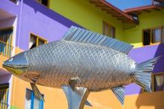 Zilveren vissenstandbeeld en kleurrijke voorgevels, Guatape Royalty-vrije Stock Afbeelding