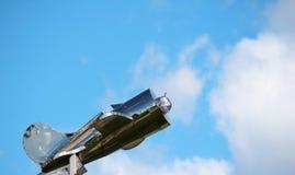 Zilveren vliegtuig boven het dak Stock Foto