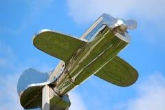 Zilveren vliegtuig boven het dak Royalty-vrije Stock Foto