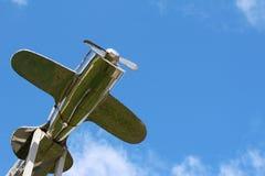 Zilveren vliegtuig boven het dak Royalty-vrije Stock Foto's