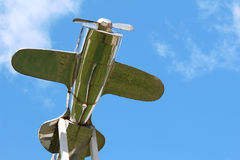Zilveren vliegtuig boven het dak Stock Afbeeldingen