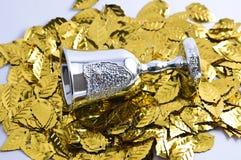 Zilveren wijnglas met gouden bladeren Royalty-vrije Stock Foto