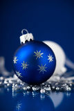Zilveren, witte en blauwe Kerstmisornamenten op donkerblauwe achtergrond Vrolijke Kerstkaart Royalty-vrije Stock Afbeeldingen