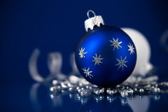 Zilveren, witte en blauwe Kerstmisornamenten op donkerblauwe achtergrond Vrolijke Kerstkaart royalty-vrije stock afbeelding