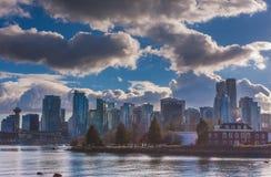 Zilveren wolken over stadshorizon Royalty-vrije Stock Afbeelding