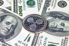 Zilveren xrp dichte omhooggaand van de muntstukrimpeling, het muntstuk op Amerikaans dollarsgeld Stock Foto's