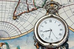 Zilveren zakhorloge over oude wereldkaart Stock Fotografie
