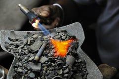 Zilversmid die toorts gebruikt stock fotografie