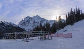Zim aktywność w Mt Piekarnianym Narciarskim terenie Obraz Stock