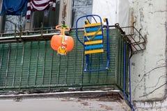 Zim aktywność wyposażenie, saneczki, sopla i klingerytu zabawkarski obwieszenie na balkonowym poręczu, obrazy royalty free