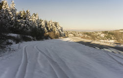 Zim góry i droga Fotografia Stock