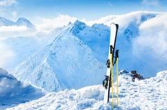 Zim góry i narciarski wyposażenie w śniegu Zdjęcia Royalty Free