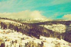 Zim góry, panorama - śnieżni szczyty obraz stock