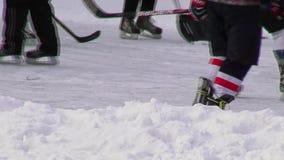 Zim gry i rozrywek ludzie Dzieci i dorosli jeździć na łyżwach przy lodowym lodowiskiem w parku zbiory
