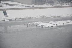 Zim gry na zamarzniętej rzece Obrazy Royalty Free