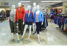 Zim kurtki dla kobiet na mannequins Obraz Stock