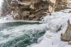 Zim siklawy w Karpackich górach na rzecznym Prut zdjęcia royalty free