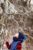 Zima - śliczna dziecko chłopiec zabawę z śniegiem w zima parku Zdjęcie Stock