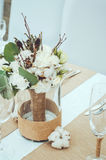 Zima ślub z rożkiem, bawełnianą dekoracją i białym bridal bukietem na stołu secie, Wieśniaka styl, goździki, eukaliptus Zdjęcie Stock