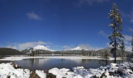 Zima śnieg przy iskry niebieskiego nieba Jeziorną panoramą Zdjęcia Royalty Free