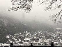 Zima śnieg spada po środku dolinnej wioski obrazy royalty free