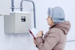 Zima, śnieg, zimno dziewczyna inżynier pracownik nagrywa czytania ciśnieniowi wymierniki i czujniki Lokalizują obrazy royalty free