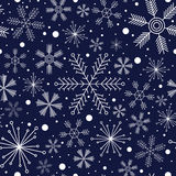 Zima bezszwowy wzór z różnymi płatkami śniegu na zmroku - błękitny tło Fotografia Royalty Free