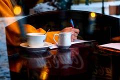 Zima biznes w coffeshop zdjęcie stock