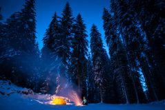 Zima camping z ogieniem przy nocą fotografia royalty free