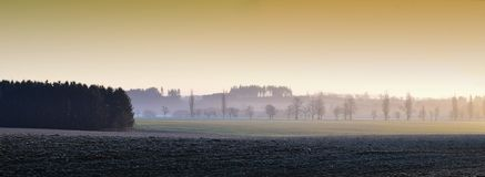 Zima chłodny ranek w średniogórze krajobrazie z wschód słońca zdjęcie stock