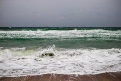 Zima chmurzący seascape z pienić się zielonymi fala Obraz Royalty Free