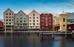 Zima czas w Trondheim, starzy magazyny Nidelva rzeką zdjęcie royalty free
