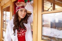 Zima, czas wolny, sport i ludzie pojęć, - szczęśliwa młoda kobieta wewnątrz Zdjęcia Royalty Free