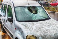 Zima, deszcz, wypadek samochodowy Brudny samochód z łamaną przednią szybą dostaje mokrym na drodze w deszczu, Izrael fotografia royalty free