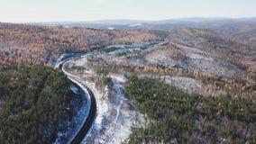 Zima dnia Powietrzny truteń podąża syberyjskiego kolejowego pasażera turysty pociąg blisko Baikal jeziora Filmowy profesjonalista zbiory wideo