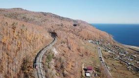 Zima dnia Powietrzny trute? pod??a syberyjskiego kolejowego pasa?era turysty poci?g blisko Baikal jeziora Filmowy profesjonalista zbiory