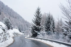 Zima Drogowy Lodowaty las Zakrywający Śnieżny Sceniczny Halny Austria Obraz Royalty Free