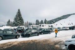 Zima dzień z śnieżnym i narciarskim skłonem widzieć od parking terenu z k Zdjęcie Stock