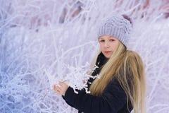 Zima dziewczyny Podmuchowy Śnieg Piękno Radosna Nastoletnia Wzorcowa dziewczyna ma zabawę w zima parku Piękna dziewczyna śmia się Obraz Royalty Free
