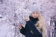 Zima dziewczyny Podmuchowy Śnieg Piękno Radosna Nastoletnia Wzorcowa dziewczyna ma zabawę w zima parku Piękna dziewczyna śmia się Zdjęcie Stock