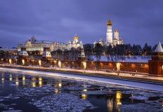 Zima evening Moskwa, przegapiający Kremlin i Moskwa rzekę Obraz Royalty Free
