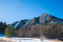 Zima Flatirons z niebieskim niebem Obraz Royalty Free
