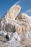 Zima gejzer na szlamów polach w porównaniu z niewiadomą chłopiec Fotografia Stock