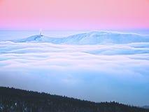 Zima halny szczyt z obserwatorską above mgłą Fotografia Stock