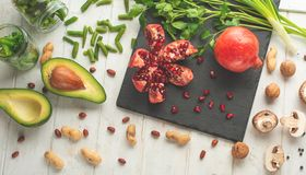 Zima jarosz, weganinów karmowi kulinarni składniki Mieszkanie nieatutowy warzywa, owoc, fasole, kuchenni naczynia, oliwa z oliwek zdjęcia stock