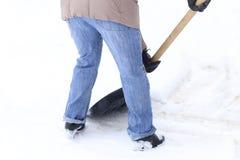 Zima jest mnóstwo śniegiem Młoda dziewczyna, czyści, dumny robić dużej łopaty pracie fotografia stock